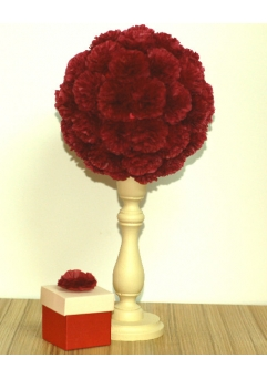 Aranjament masa sfesnic lemn si flori rosii grena