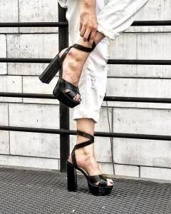 Sandale din piele neagra texturata, cu toc gros patrat si platforma0