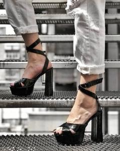 Sandale din piele neagra texturata, cu toc gros patrat si platforma1