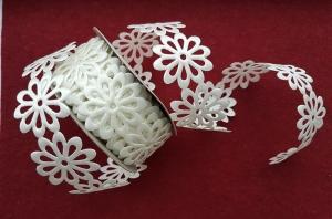 Dantela flori saten alb