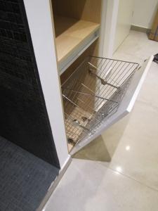 Suport pentru rufe murdare montabil pe usa