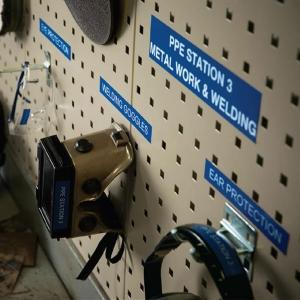 Etichete industriale autocolante, DYMO ID1 vinil, 12mm x 5.5m, alb/albastru, 18052431