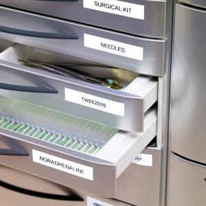 Aparat de etichetat profesional DYMO LabelManager 160P si o caseta etichete profesionale, 9mmx7m, negru/alb, DY946320 S09463204