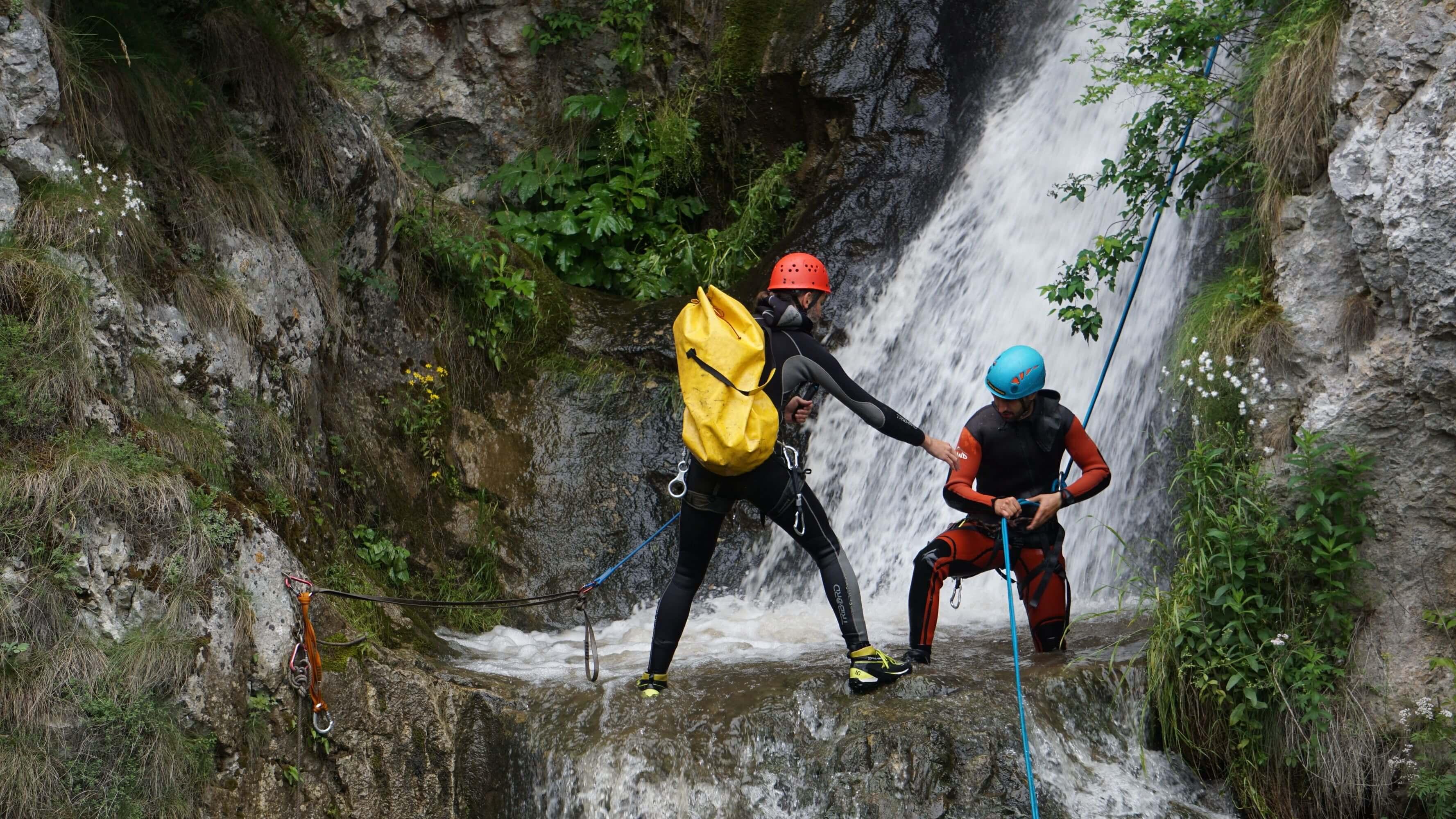 """<h3>Canyoning</h3>Cascadele nu sunt doar fotogenice, ele pot fi și o experiență distractivă în mijlocul naturii.  Dacă îți place apa, ești în căutarea unei aventuri și vrei să vezi un peisaj absolut spectaculos, aceasta este activitatea perfectă pentru o ieșire outdoor inedită.  <br><br> <a href=""""https://www.verticaladventure.ro/canyoning"""" class=""""btn btn-cmd"""">Vezi detalii</a>"""